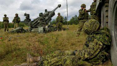 眠った兵は榴弾砲で起こそう!カナダ軍の兵の起こし方が話題