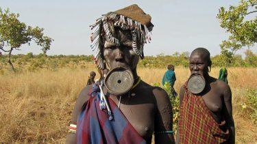 エチオピアの戦闘民族ムルシ族とAK47の神秘的な画像22選