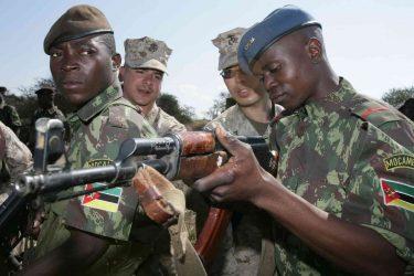 よく見てごらん、モザンビークの国旗にはカラシニコフAK47銃が