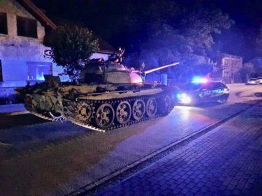ポーランドで一般道をT-55戦車で酒気帯び運転した男が逮捕※動画あり