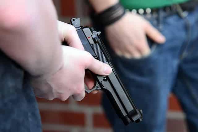 エアガンで遊んでいた少年が警官に撃たれる。