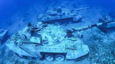 海底に戦車、ヘリを展示したヨルダンの海中軍事博物館が美しい
