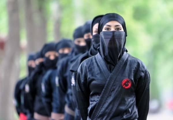 イランで女性が忍者くノ一になるために訓練中