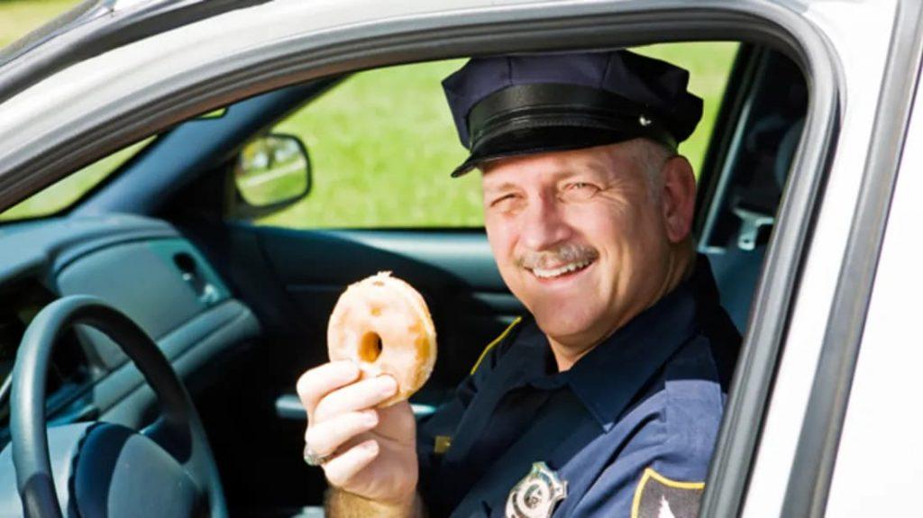 アメリカの警官はなぜ、ドーナツをよく食べるのか?その理由