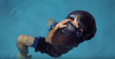 ズボンをライフジャケットに変えて海から助かる救命法