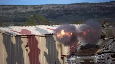M4シャーマン戦車の砲撃スローモーション映像がおもしろい