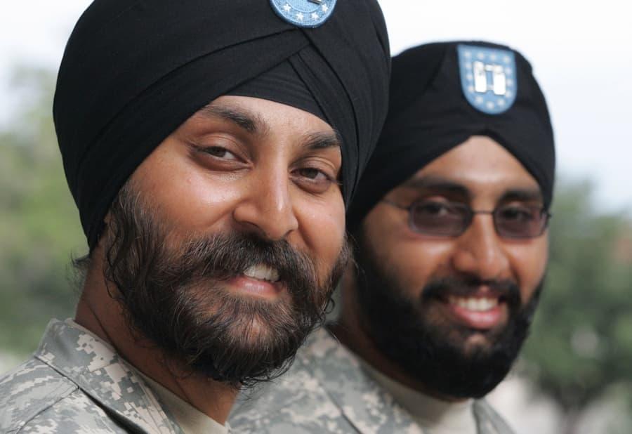 戦場でもターバンを巻くインド軍のシク教徒兵
