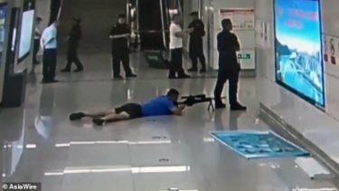 半袖短パンのスナイパーが足の間から人質犯を狙撃する一部始終を収めた映像が公開