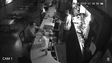銃を持った強盗に対して微動だにせず、タバコを吹かす男の動画が話題