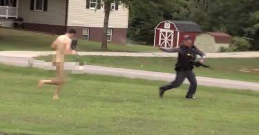 武装警官も全裸丸腰で迫ってくる男は撃てずにただ逃げるのみ。しかし、笑い事ではなかった