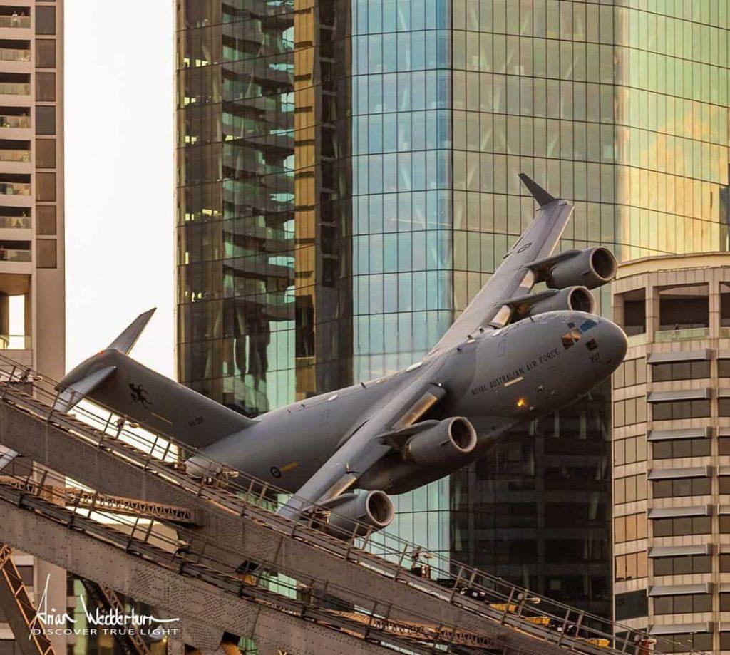 CGでも合成でもない大型軍用機C-17が大都市を超低空で飛行する迫力映像