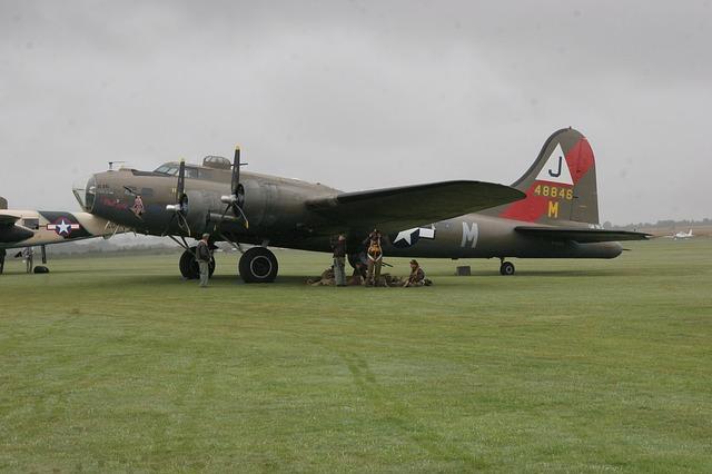 第二次大戦の空飛ぶ要塞B-17爆撃機が墜落で7人が死亡