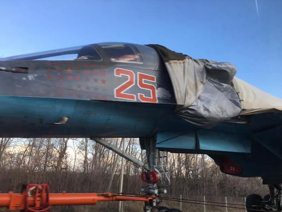 スホーイSu-34戦闘機を高速道路で運ぶロシア