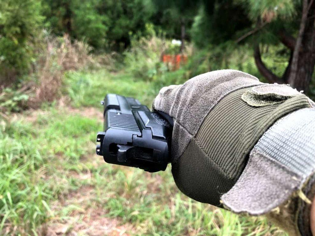 ギャングがよくやる拳銃の横撃ち「ギャング撃ち」ってどうなの?