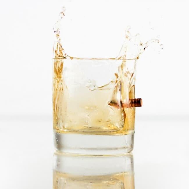 被弾したウィスキータンブラーでハードボイルドに飲め!
