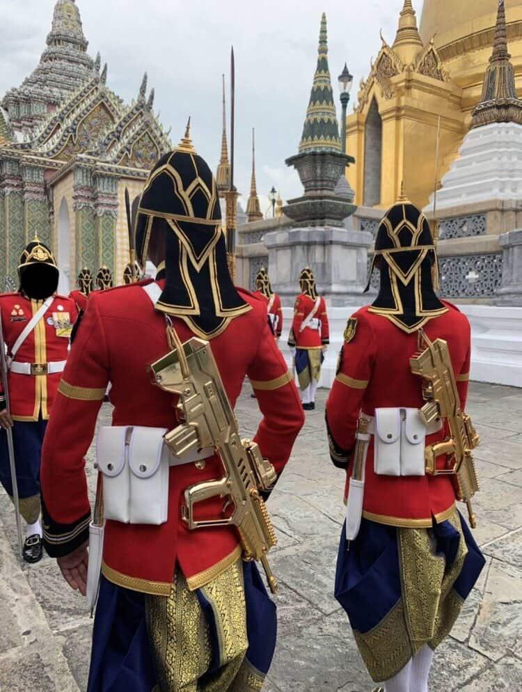 黄金のIWI Tavor(タボール)小銃を持つタイの王宮近衛兵