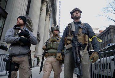 武装した2万人の一般人が州議会を包囲!まるでPMCの傭兵の集まり!