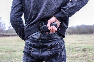 オープンキャリーとコンシールドキャリーとは?銃の携帯方法