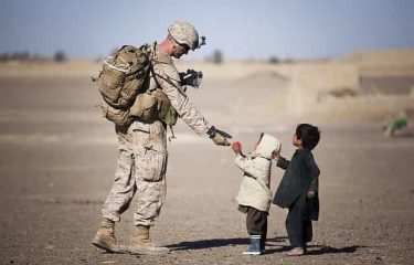 兵士は命を守るために子供にお菓子をあげるのを止めた