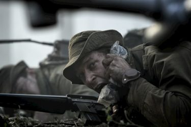 残りの弾薬は?この場所を砲撃してくれ! 緊迫度200%の戦場を捉えた本編映像解禁
