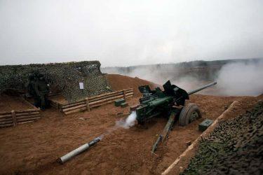 油田の火災を対戦車砲で砲撃して消化するロシア