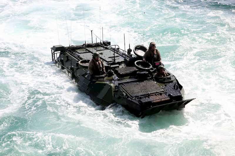 水陸機動団も使うAAV7が米軍で沈没事故、1人死亡、8人行方不明