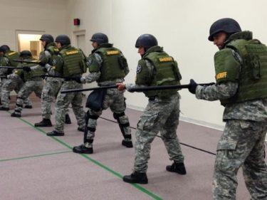 連邦刑務所での暴動を鎮圧する特殊部隊SORT