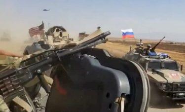 シリアで米軍と露軍の車両が一触即発のマッドレースを繰り広げる