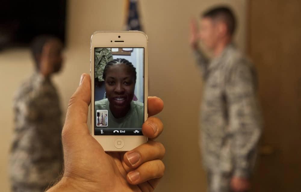 スマホを使っただけなのに。兵士が任務中にスマホ・携帯を使うとどうなる?