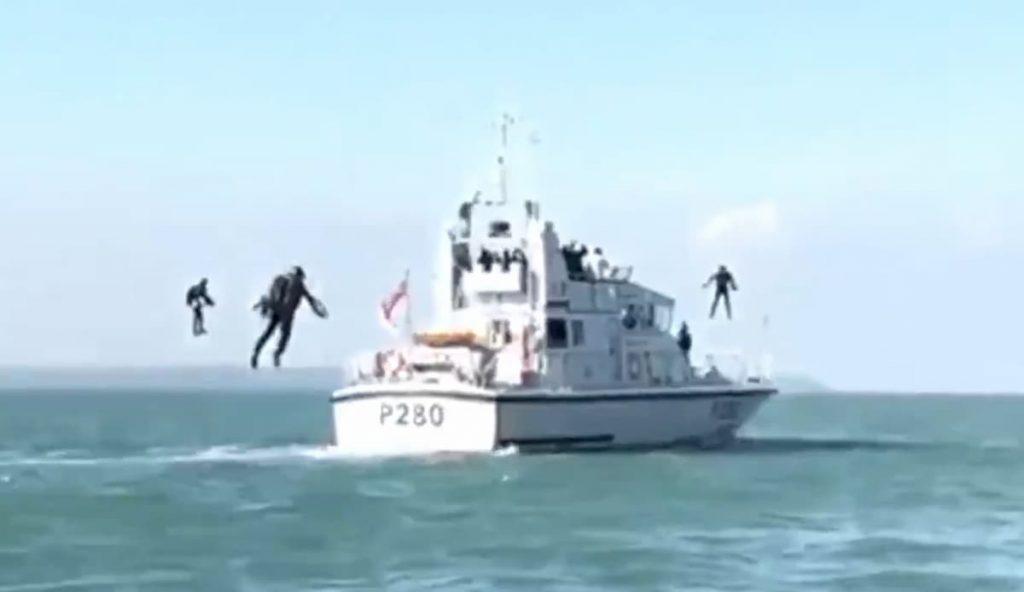 英海軍はジェットパックの空飛ぶアサルトチームを計画しています