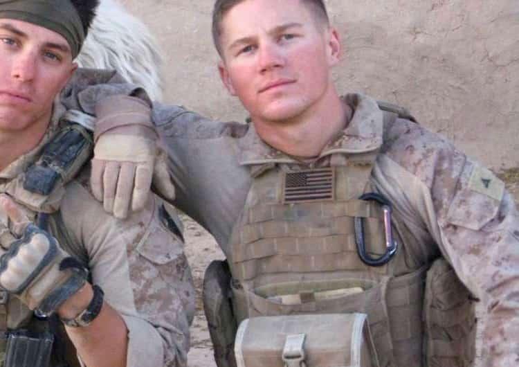手榴弾に覆いかぶさり、瀕死になった海兵隊員の復活までのビデオ