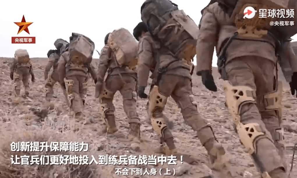 中国人民軍のチベット国境部隊の兵士は外骨格スーツを装着しています