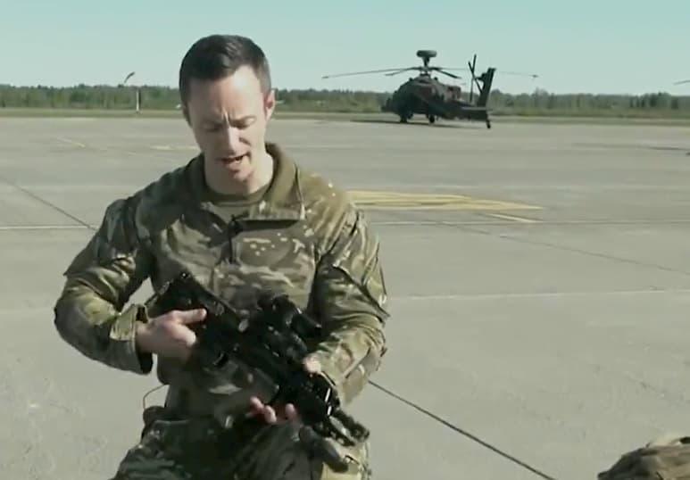 英軍アパッチヘリのサバイバルキットにはSA80とグロック19が入っています