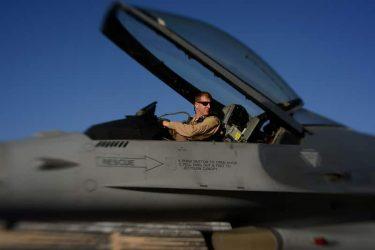 米空軍はパイロットを引き留めるために日本円で最大450万円のボーナスを毎年払います