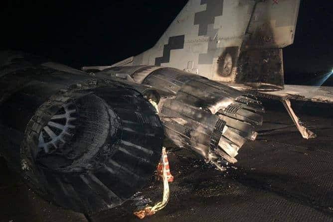 MiG-29戦闘機に酔っぱらいの車が衝突して炎上
