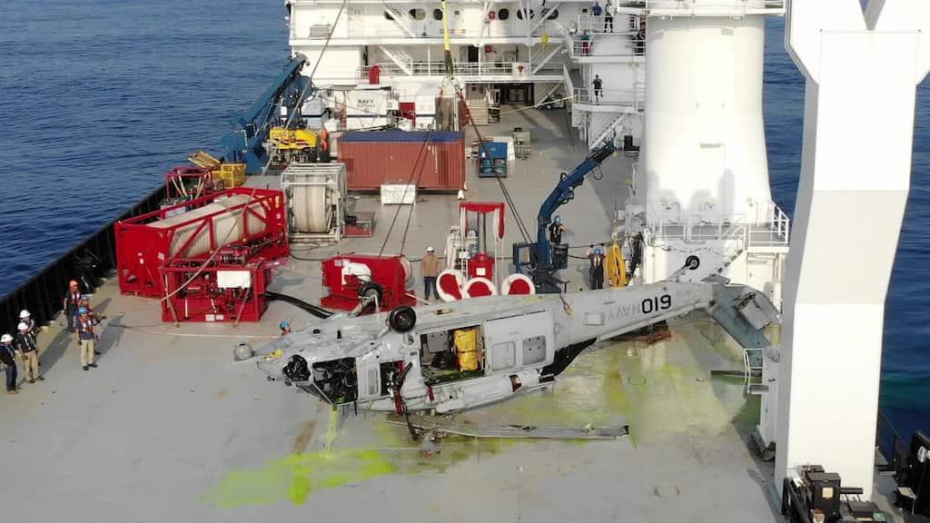 米海軍は沖縄沖で墜落したシーホークを世界記録となる水深5.8kmから回収しました