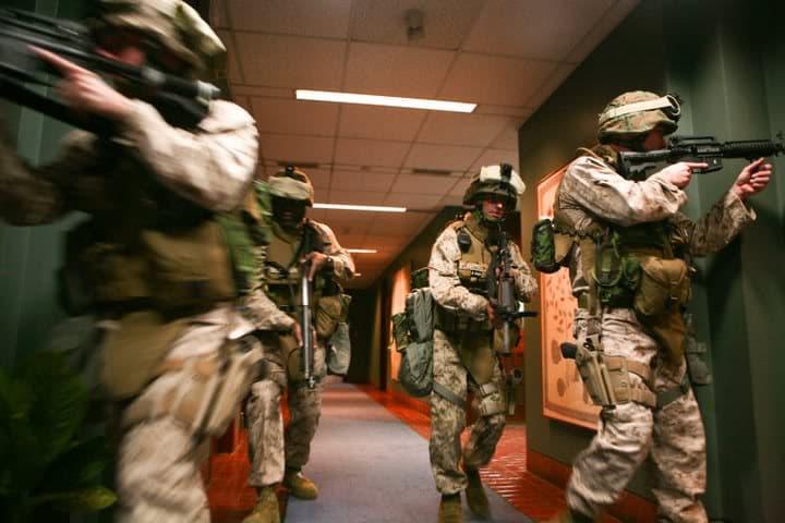 アメリカ大使館は海兵隊によって警備されています