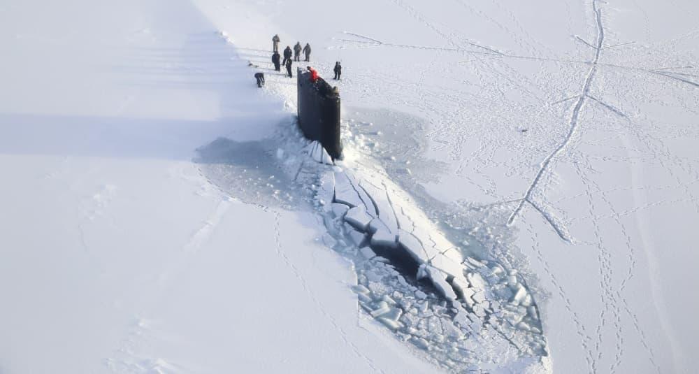 潜水艦が海氷の下から浮上する理由