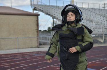 爆発物処理班の兵士が対爆スーツを着て走って世界記録を樹立