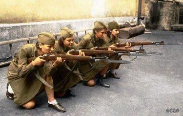 ソ連の女性兵士はなぜ、スカートで戦ったのか?