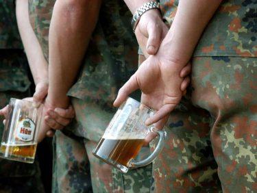 ドイツ軍兵士は一日2缶までビールを飲む権利がありますが余剰ビールの処分に困っています