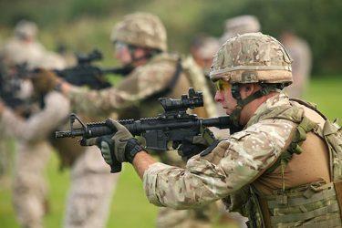 英陸軍特殊部隊はL85ライフルではなく、ARライフルを装備します