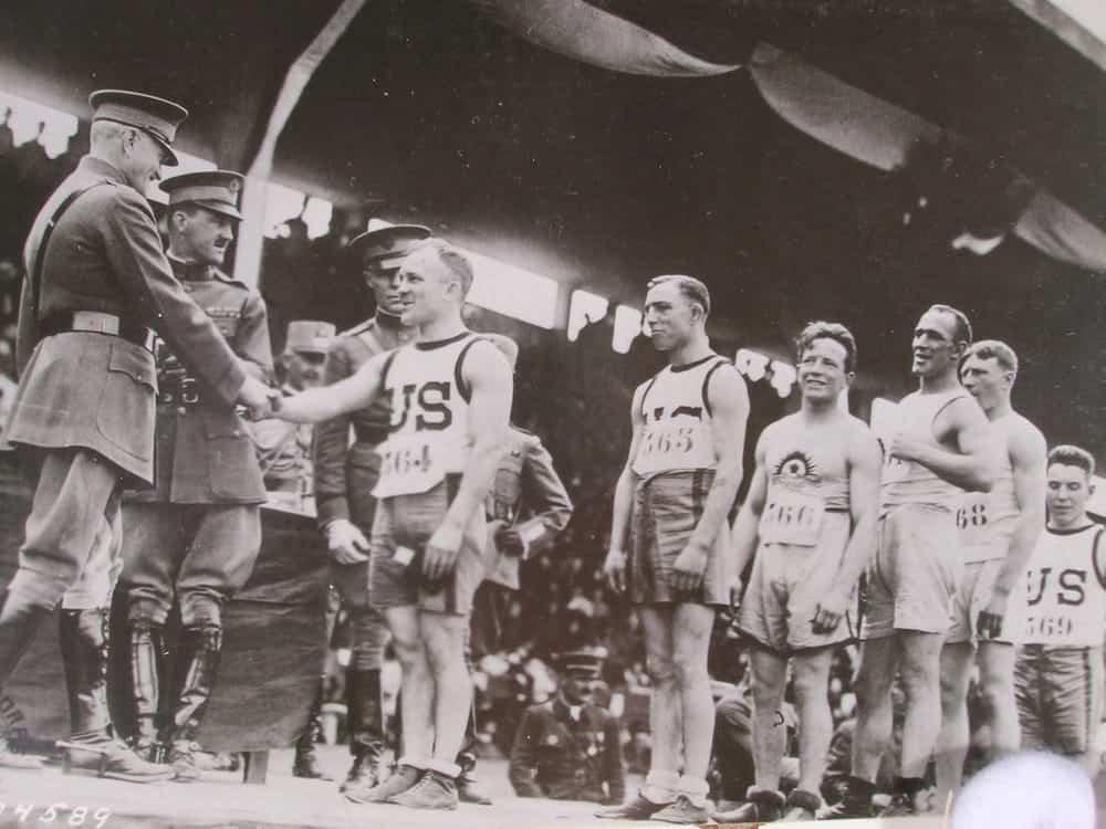 戦争で中止になったオリンピックの代わりに開催された大会。競技には手榴弾投げも
