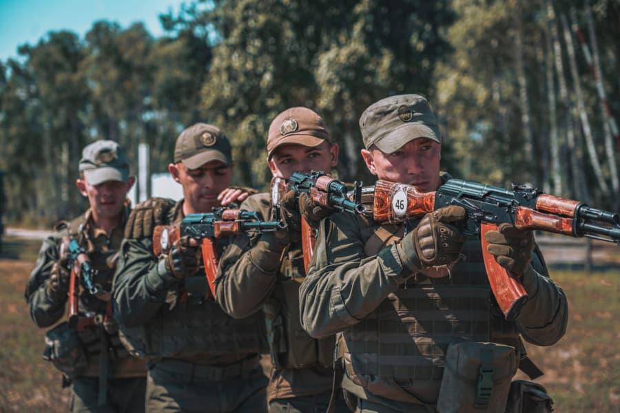 ウクライナ国家親衛隊はAKなどロシア系の小火器を捨て、ARといった米国系に切り替えます