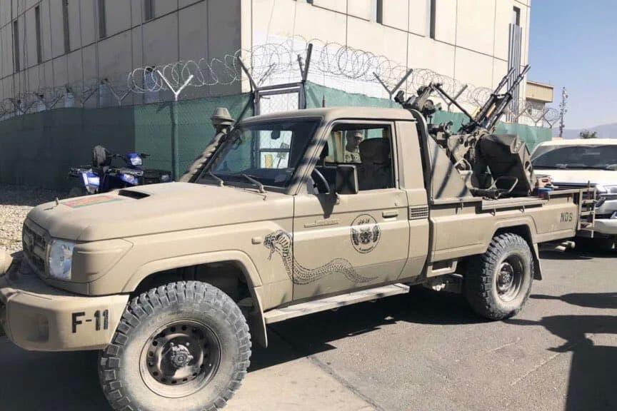 米軍兵士はタバコと機関砲を搭載したピックアップトラックを交換してカブール空港を守りました